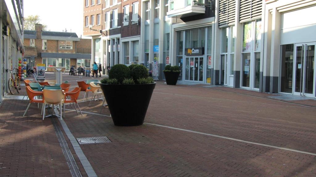Pflanzkübel aus Beton Model Luciano Platzierung an großen öffentlichen Plätzen